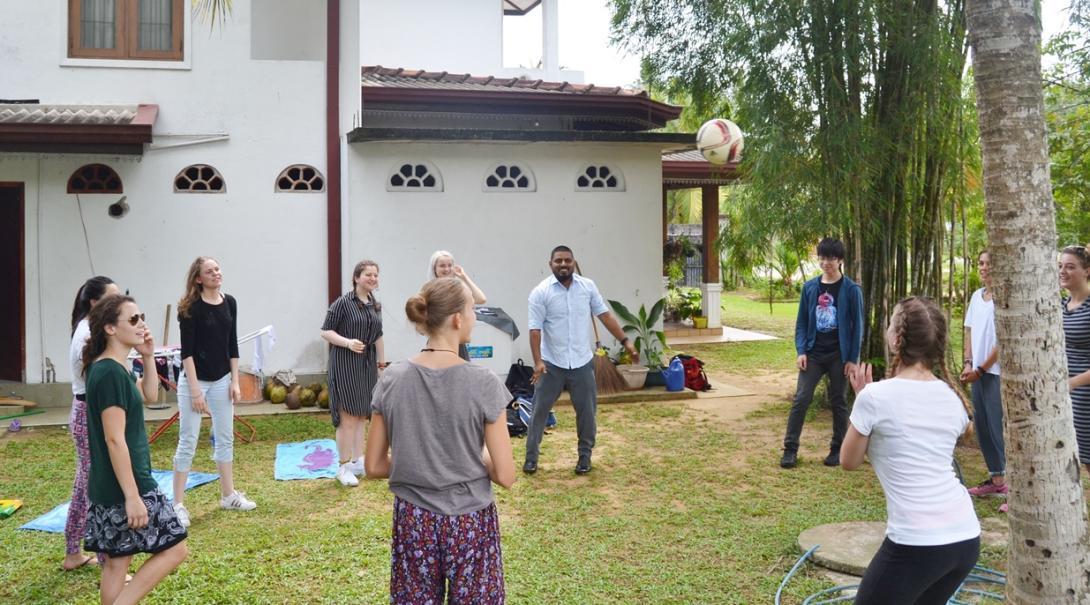 ボールゲームをしながらスリランカで交流を楽しむボランティアたち
